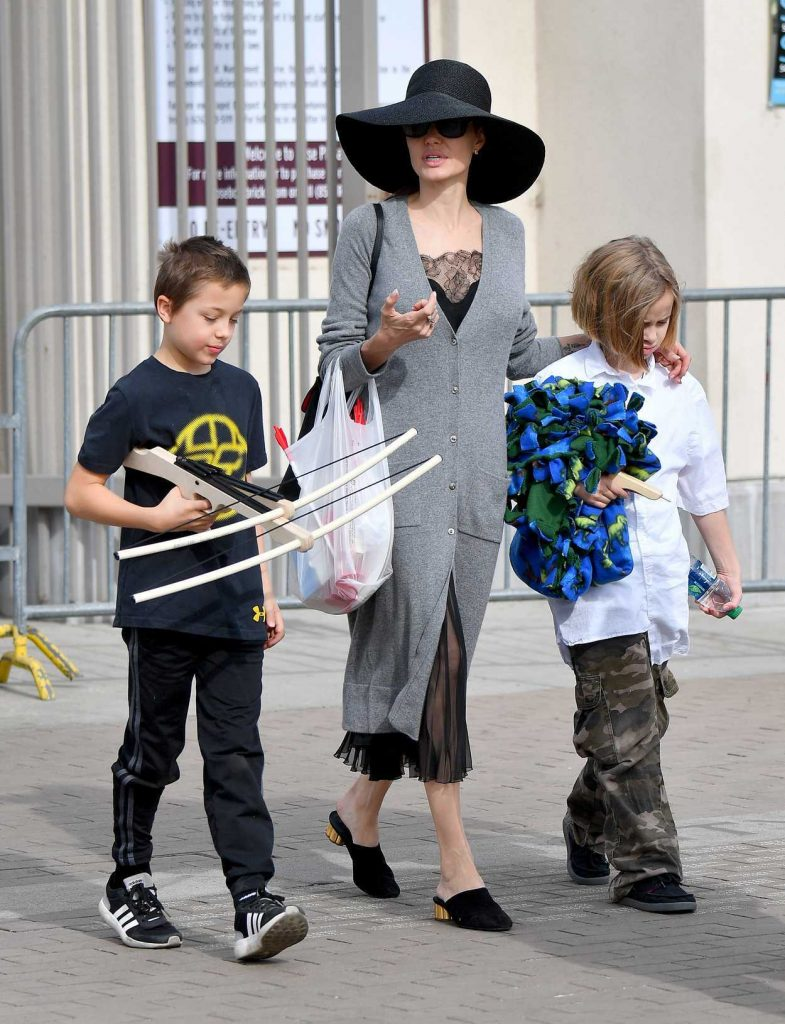 Angelina Jolie Takes Her Kids to the Rosebowl Flea Market in Pasadena 12/10/2017-1