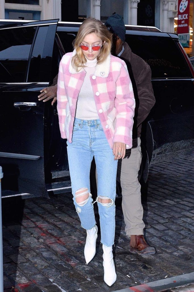 Gigi Hadid Arrives at Her Apartment in Manhattan 12/18/2017-1
