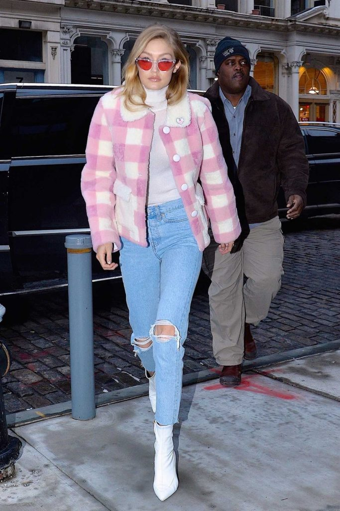 Gigi Hadid Arrives at Her Apartment in Manhattan 12/18/2017-3