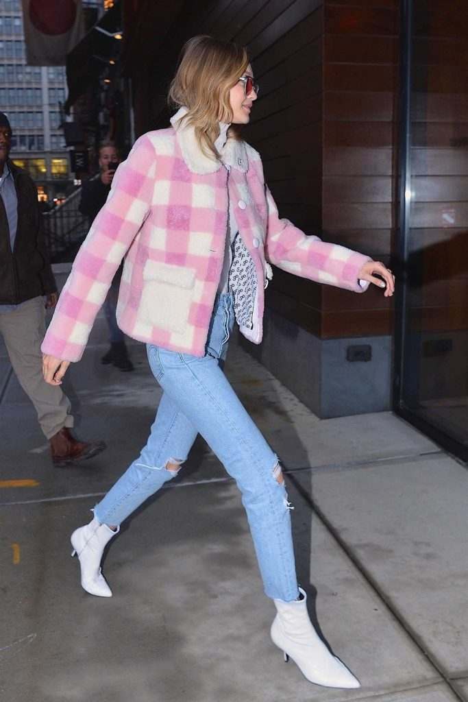 Gigi Hadid Arrives at Her Apartment in Manhattan 12/18/2017-5