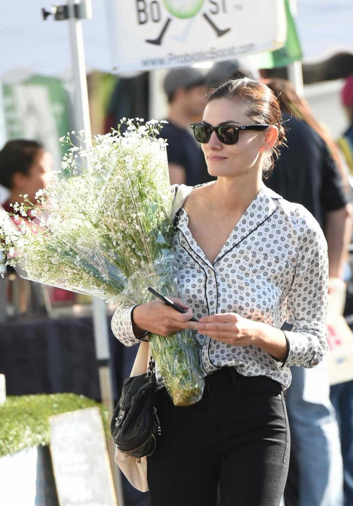 Phoebe Tonkin Picks up Flowers at the Farmers Market in Studio City 12/17/2017-4