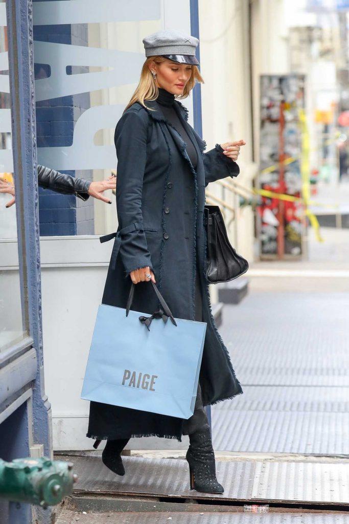 Rosie Huntington-Whiteley Goes Shopping for Christmas in New York City 12/06/2017-1