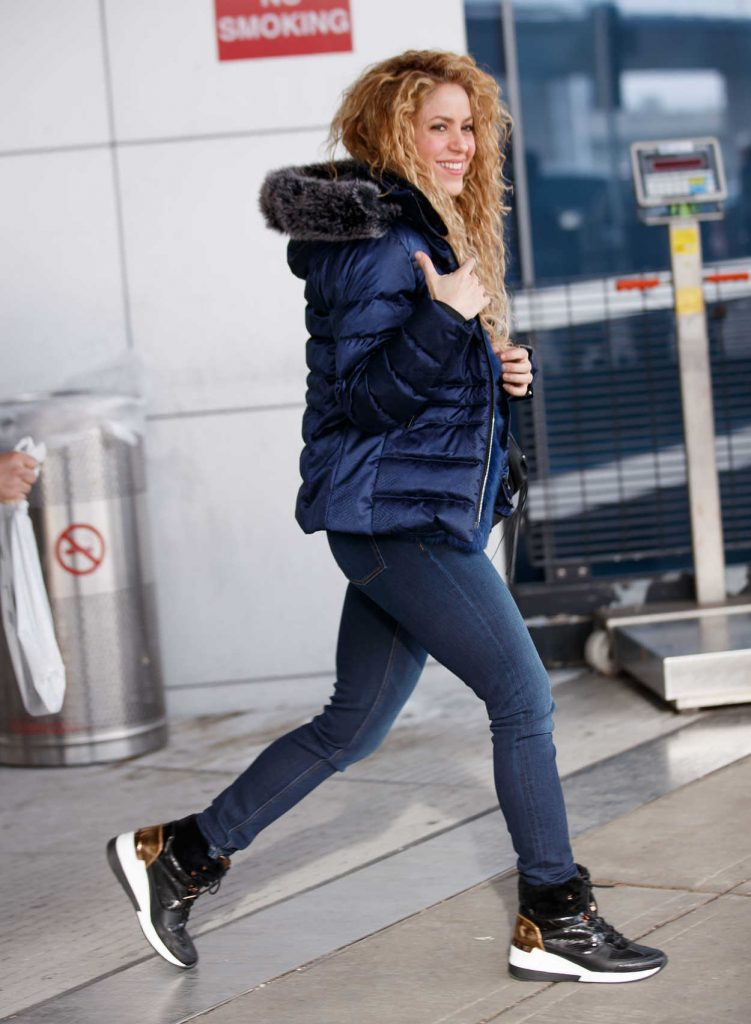 Shakira Arrives with Her Family at JFK Airport in NYC 12/24/2017-1