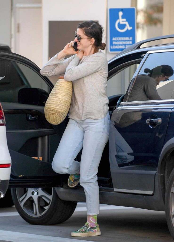 Anne Hathaway Was Spotted Out in LA 01/23/2018-1