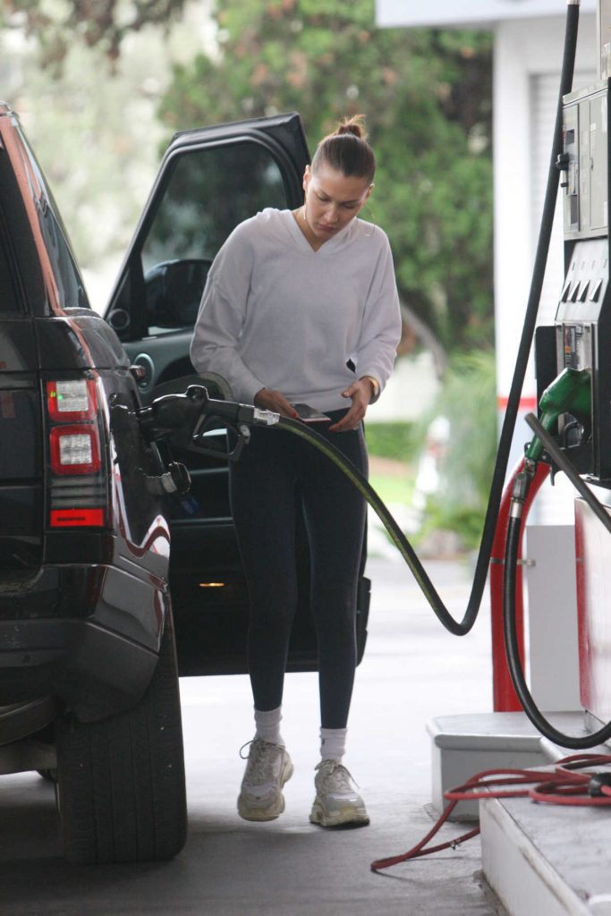 Bella Hadid Pumps Gas at the Gas Station in Beverly Hills 01/08/2018-4