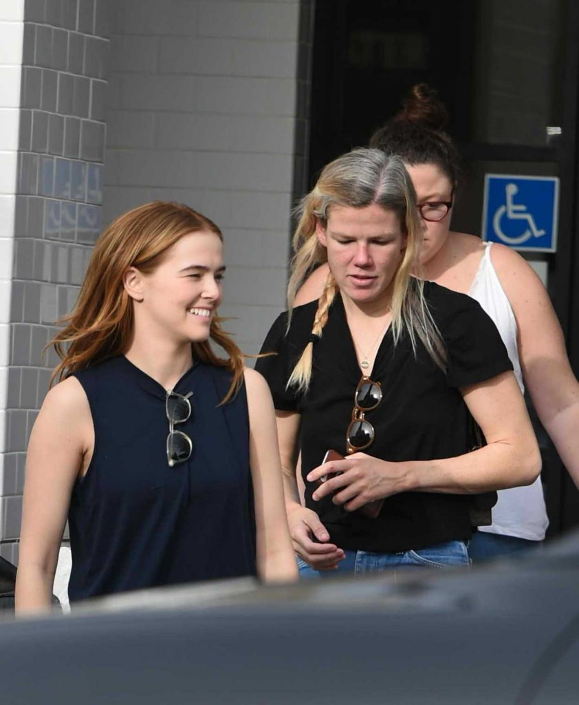 Zoey Deutch Leaves Joan's on Third with Some Friends in Studio City 01/06/2018-2