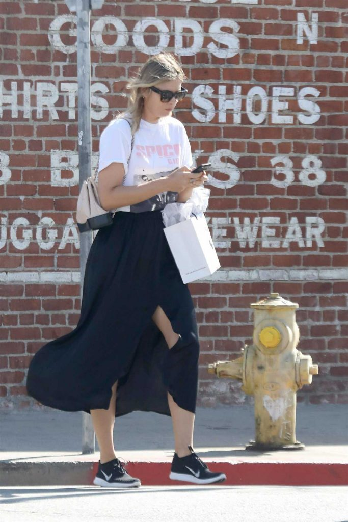 Maria Sharapova Goes Shopping with Friends in Malibu 02/15/2018-1