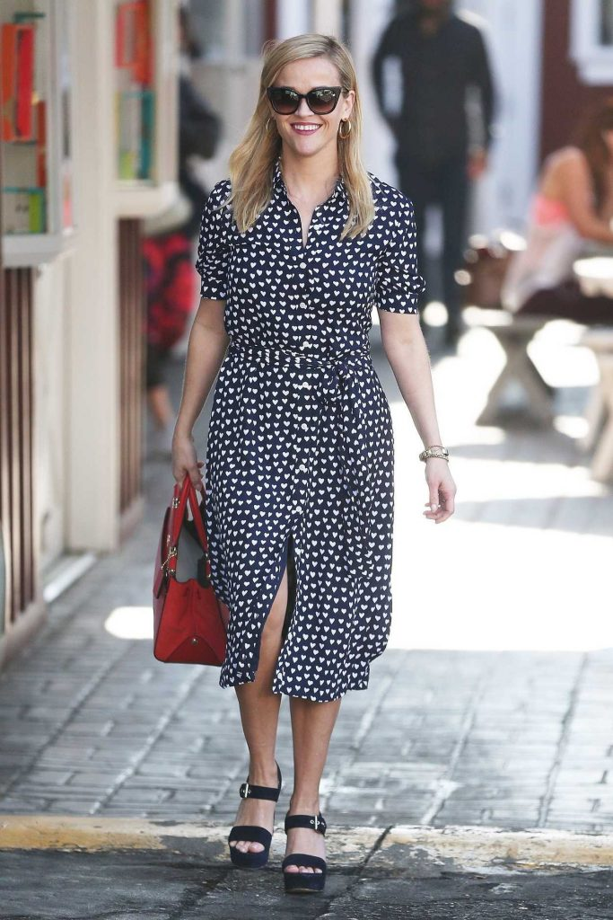 Reese Witherspoon Was Spotted at the Country Mart in Brentwood 02/09/2018-1