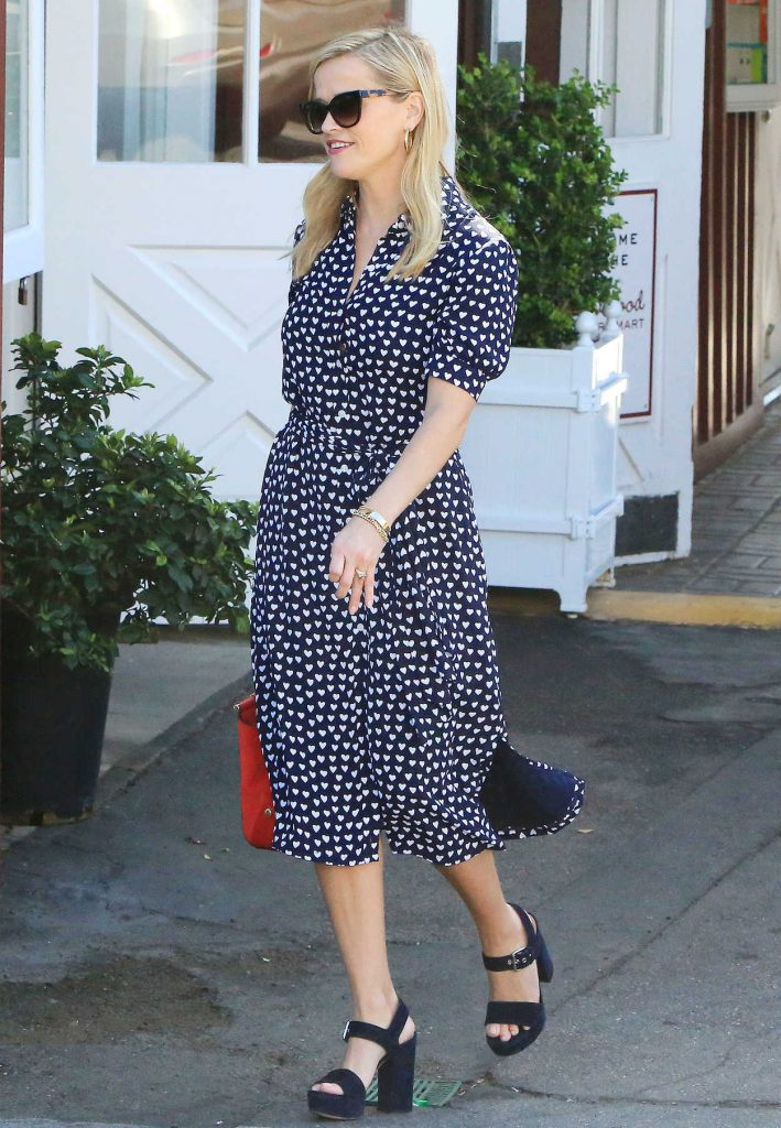 Reese Witherspoon Was Spotted at the Country Mart in Brentwood 02/09/2018-4