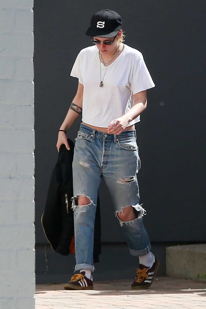 Kristen Stewart Wears a Ripped Blue Jeans Out in Los Angeles 03/19/2018-2