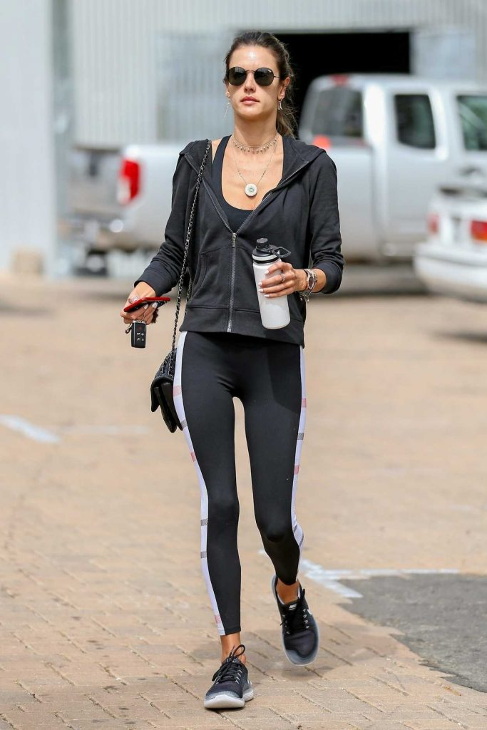 Alessandra Ambrosio Arrives for Her Morning Pilates Class in Malibu 04/25/2018-1