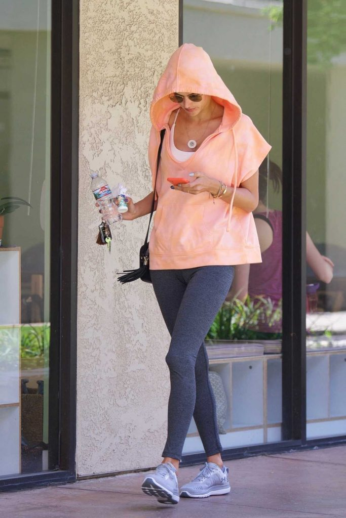 Alessandra Ambrosio Leaves a Spa in Los Angeles 04/11/2018-1
