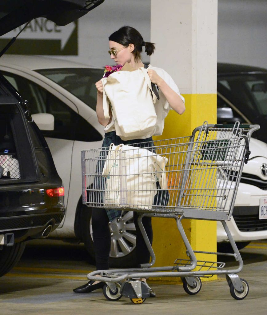 Rooney Mara Goes Grocery Shopping at a Health Food Store in Los Angeles 03/29/2018-5