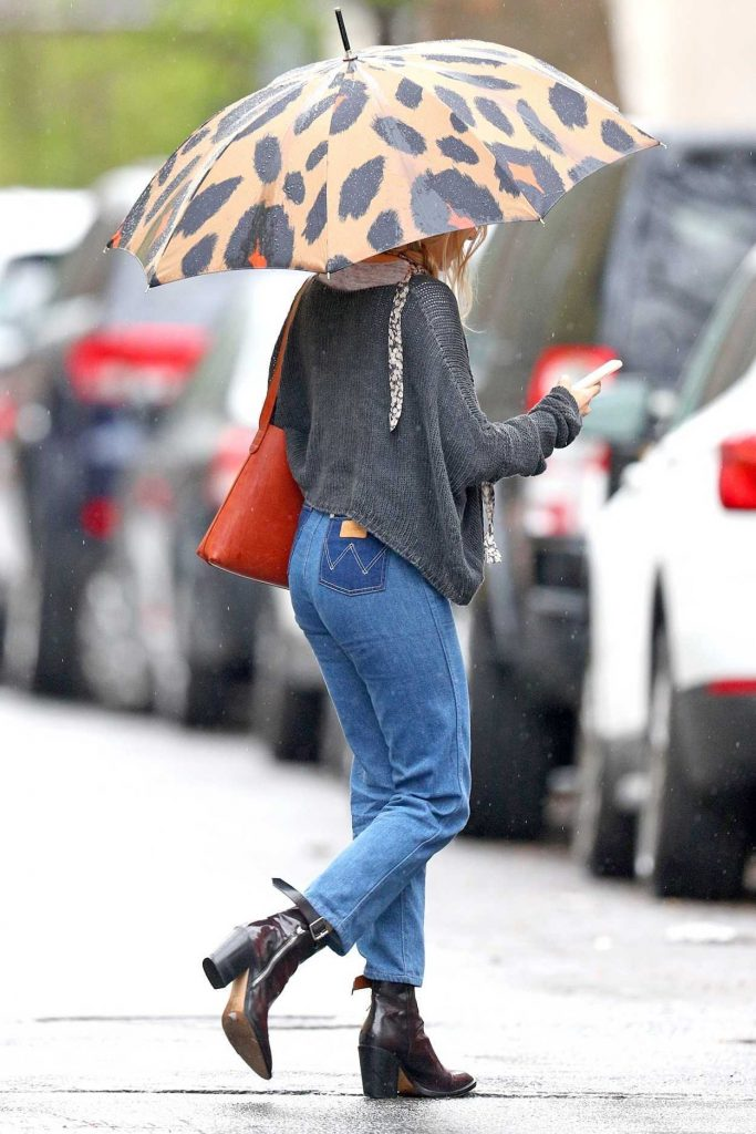 Sienna Miller Was Seen Out on a Rainy Day in New York City 04/27/2018-4