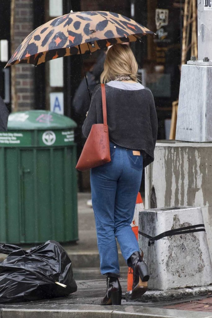 Sienna Miller Was Seen Out on a Rainy Day in New York City 04/27/2018-5