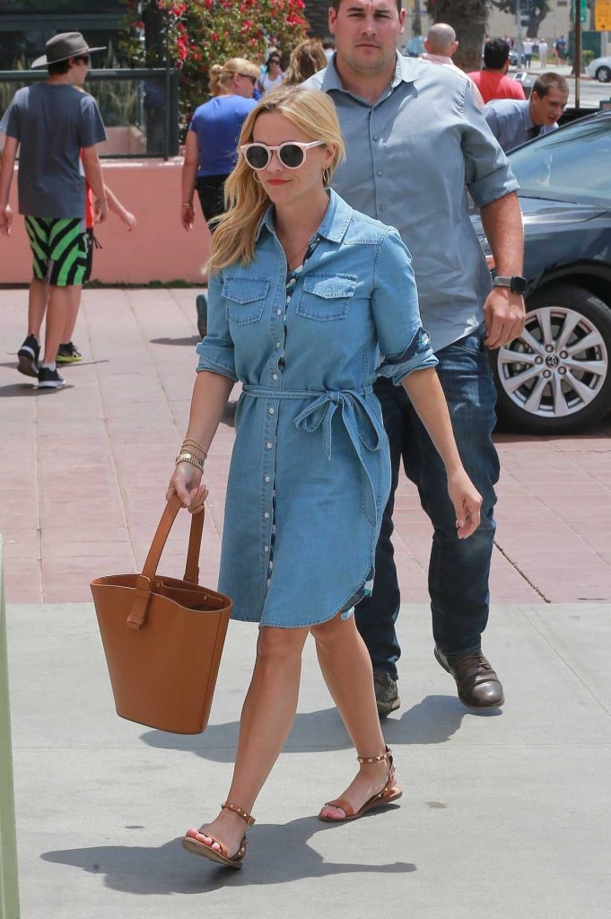 Reese Witherspoon Heads for Lunch at The Ivy in Santa Monica 05/06/2018-2