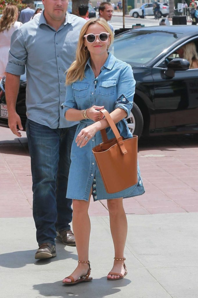 Reese Witherspoon Heads for Lunch at The Ivy in Santa Monica 05/06/2018-4