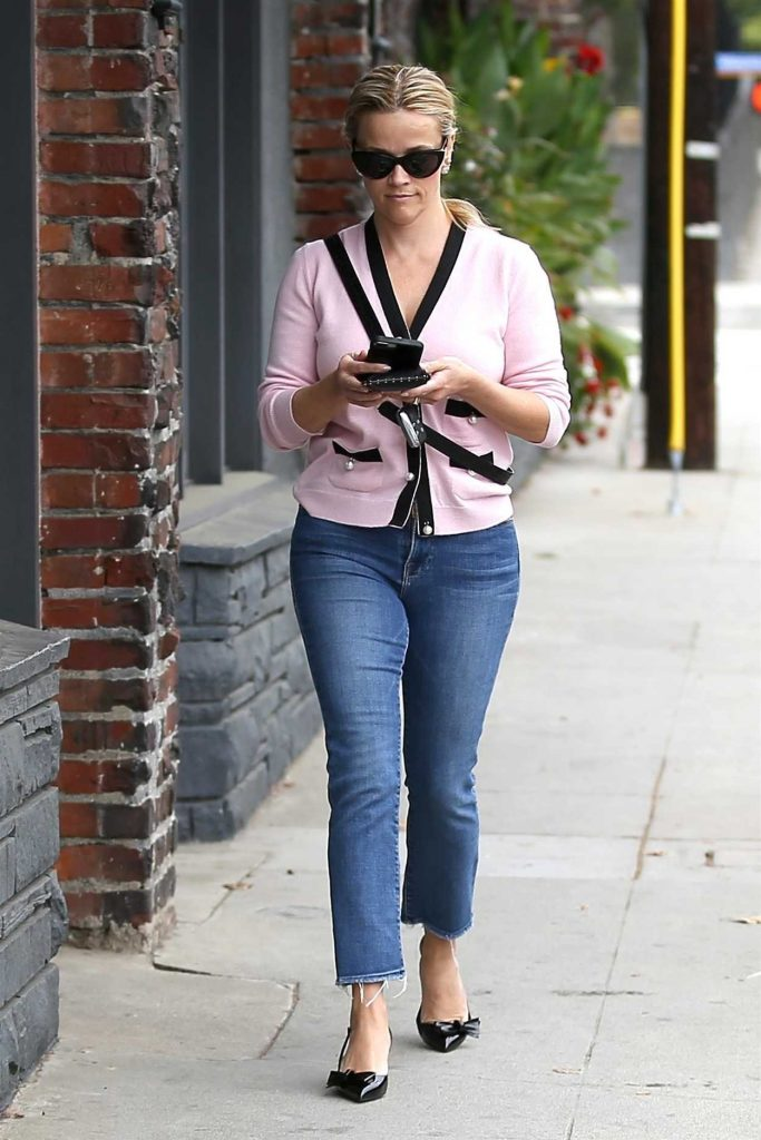 Reese Witherspoon Wears a Light Pink Cardigan Out in Santa Monica 05/18/2018-1