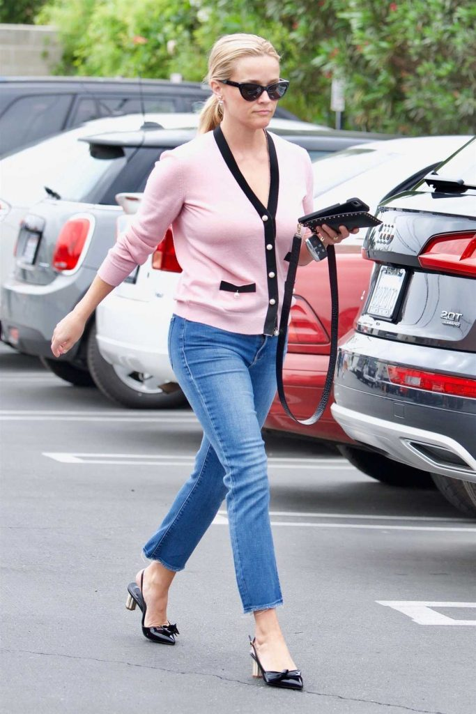 Reese Witherspoon Wears a Light Pink Cardigan Out in Santa Monica 05/18/2018-4
