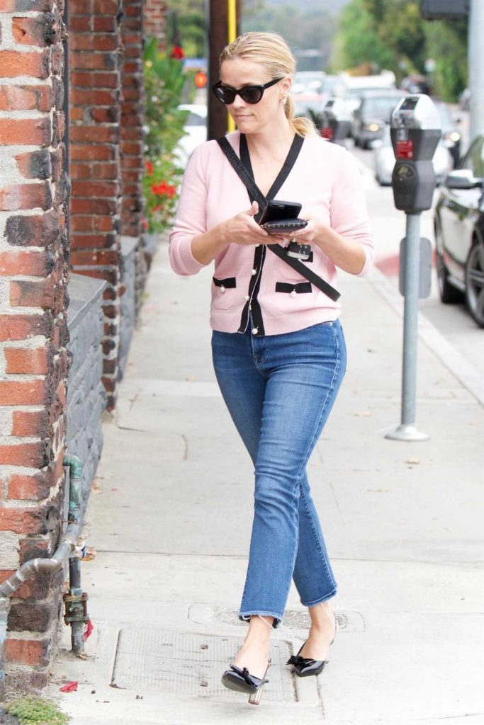 Reese Witherspoon Wears a Light Pink Cardigan Out in Santa Monica 05/18/2018-5
