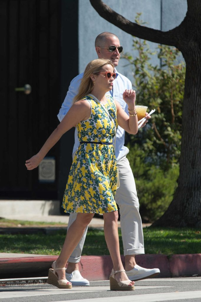 Reese Witherspoon Steps Out for Lunch in Beverly Hills 06/10/2018-2
