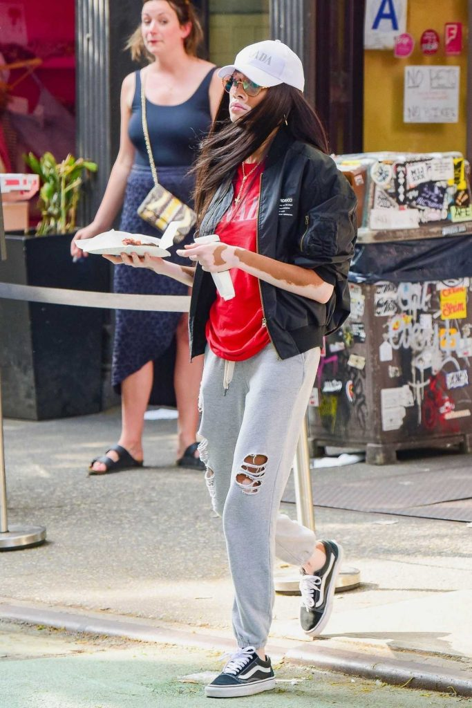 Winnie Harlow Makes a Quick Pizza Stop in Soho in New York 06/02/2018-1
