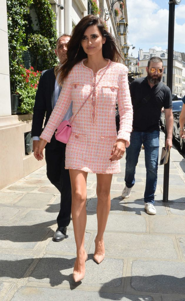 Penelope Cruz Arrives at 2018 Chanel Haute Couture Fall Winter Show in Paris 07/03/2018-5