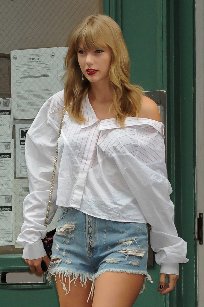 Taylor Swift in a Ripp... Taylor Swift Age 18