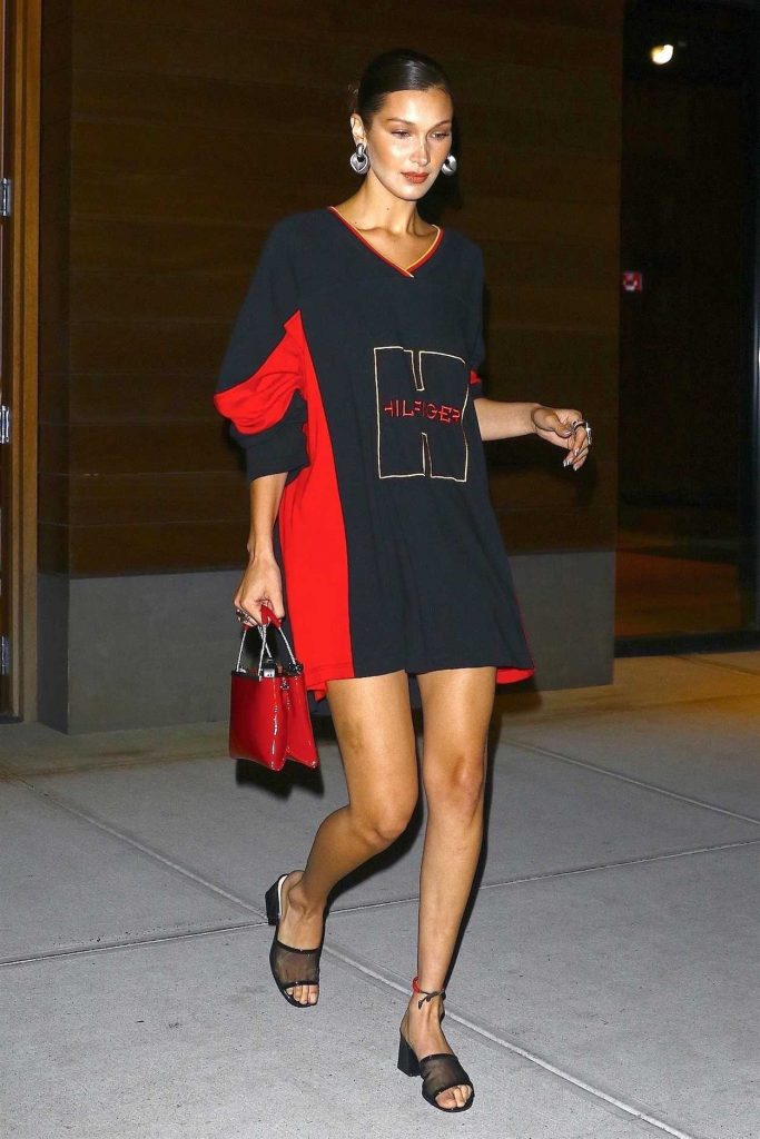 Bella Hadid in a Large Tommy Hilfiger Long Sleeves T-Shirt