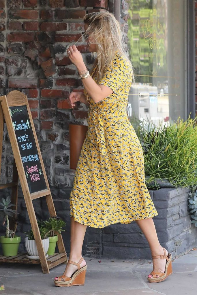 Reese Witherspoon in a Yellow Summer Dress