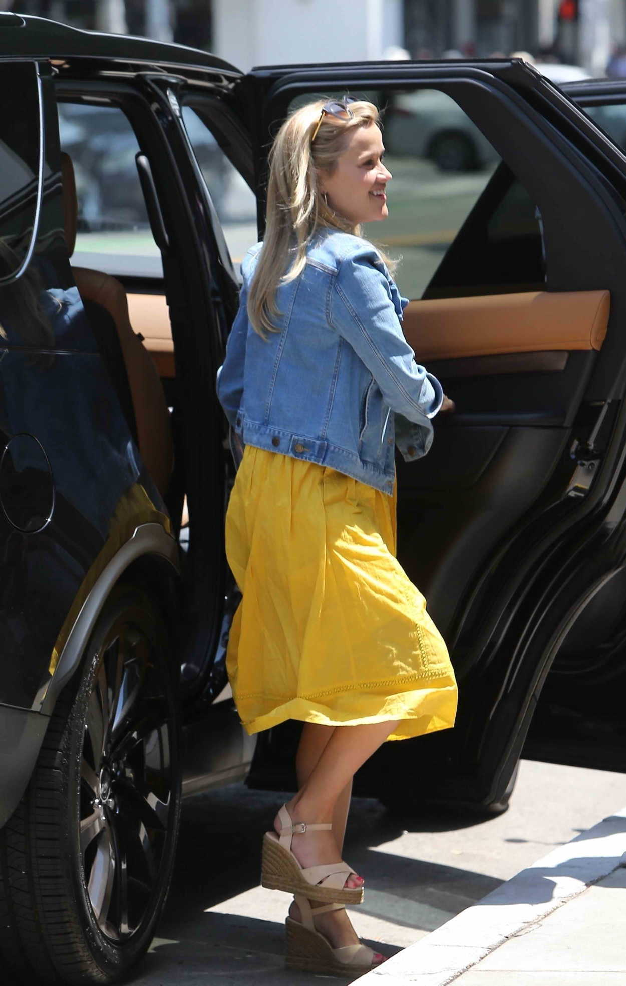 Reese Witherspoon In A Yeloow Summer Dress Was Seen Out In