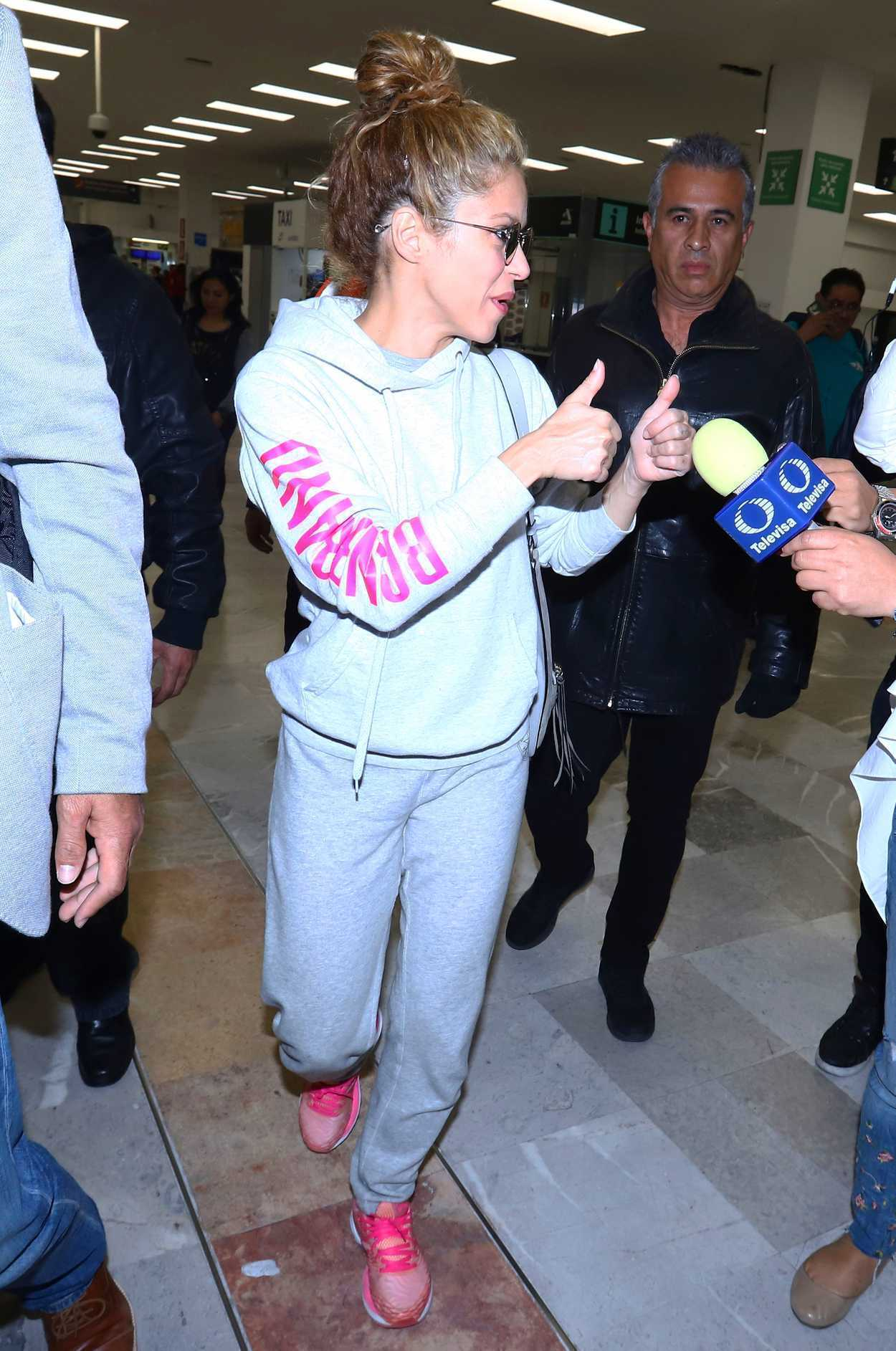 Shakira In A Gray Sweatpants Arrives At Mexico City