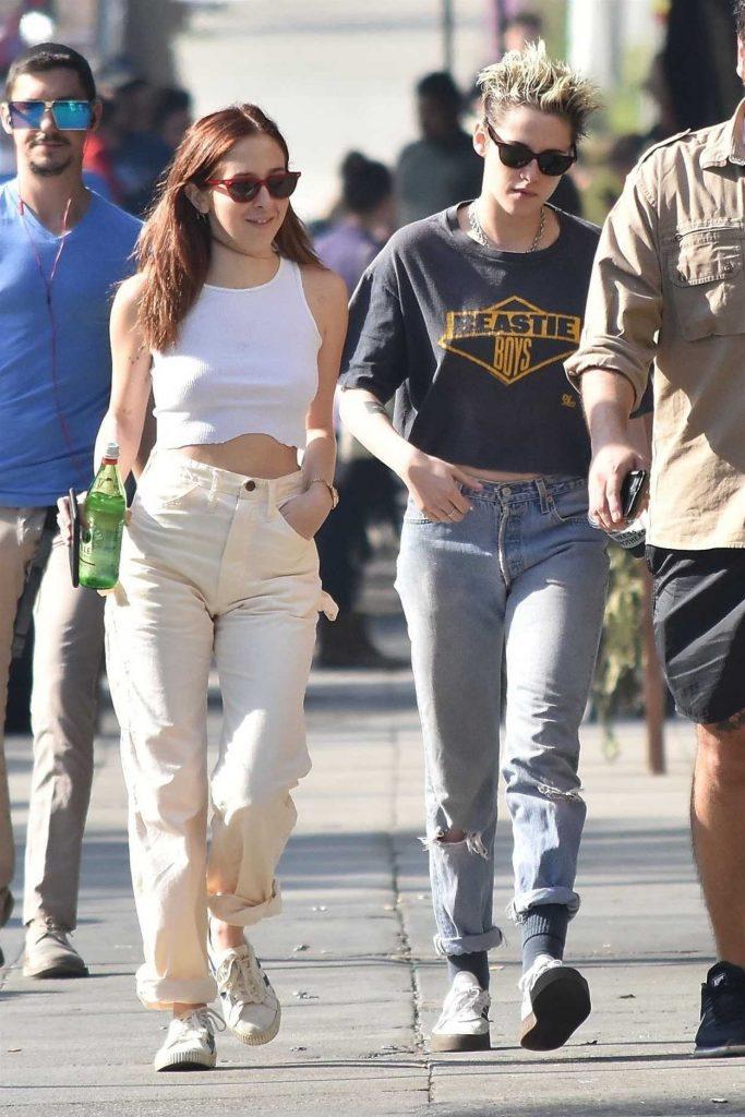 Kristen Stewart in a Gray Cropped T-Shirt