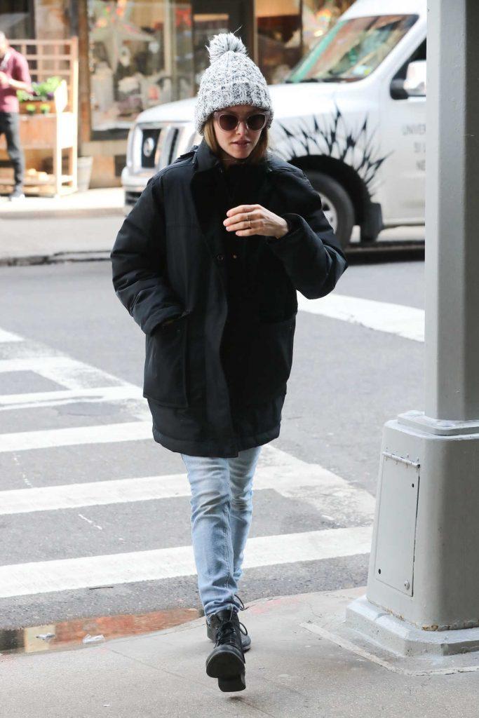 Amanda Seyfried in a Gray Knit Hat