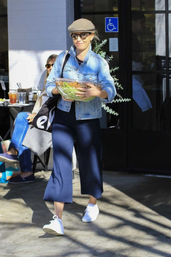Elizabeth Banks in a White Sneakers