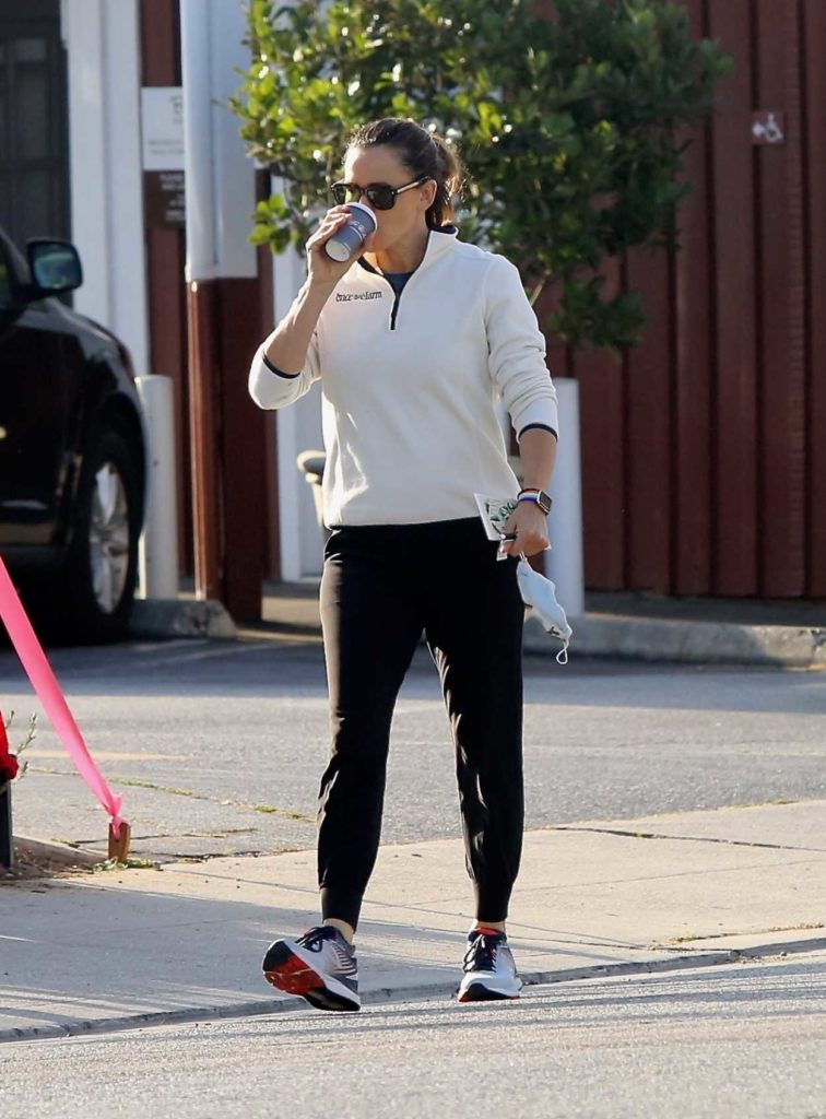 Jennifer Garner in a Black Sweatpants
