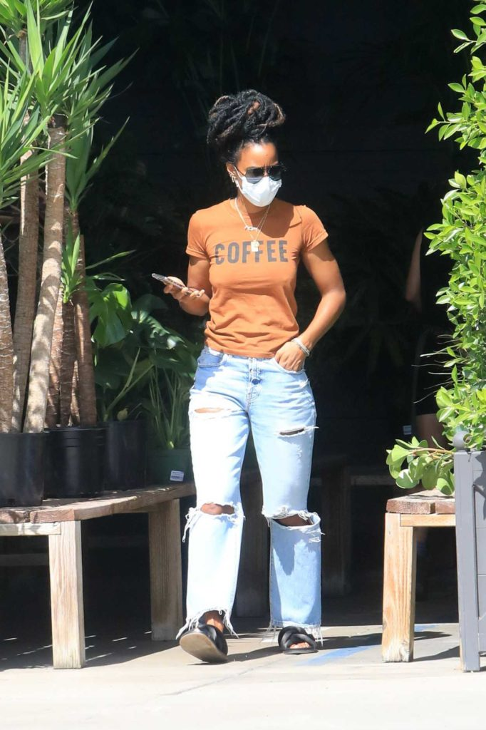 Kelly Rowland in a Tan Tee