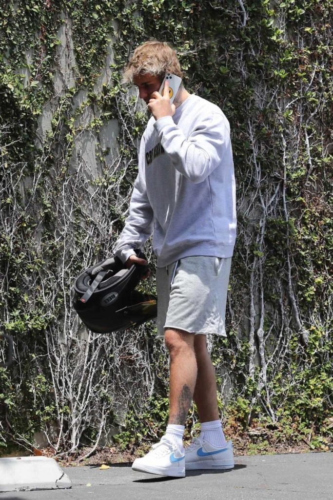 Justin Bieber in a White Nike Sneakers