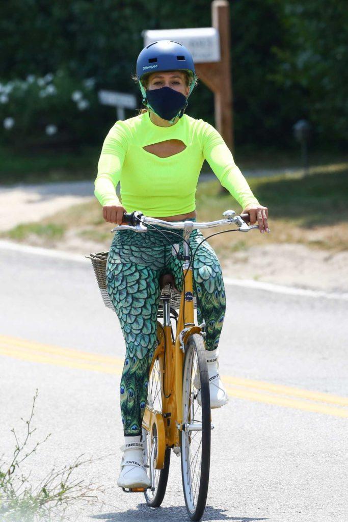 Jennifer Lopez in a Neon Green Long Sleeves T-Shirt
