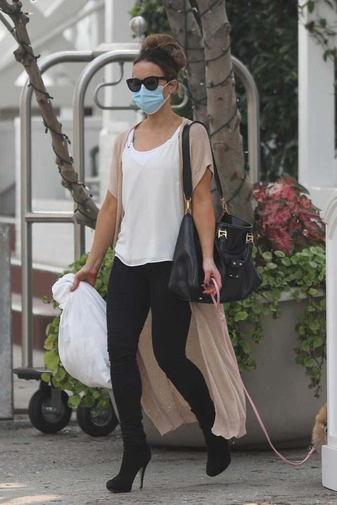 Kate Beckinsale in a Protective Mask