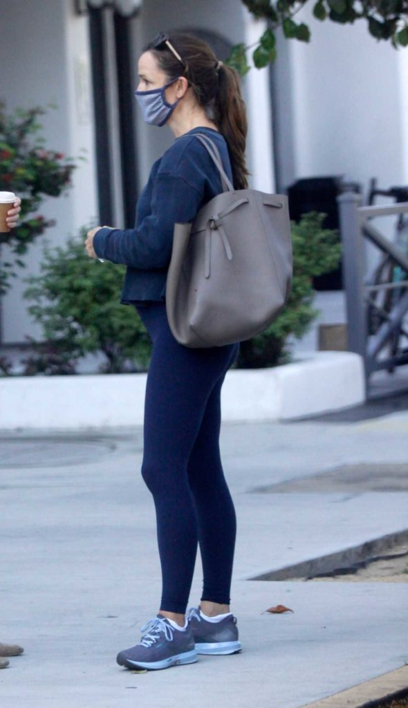 Jennifer Garner in a Blue Leggings
