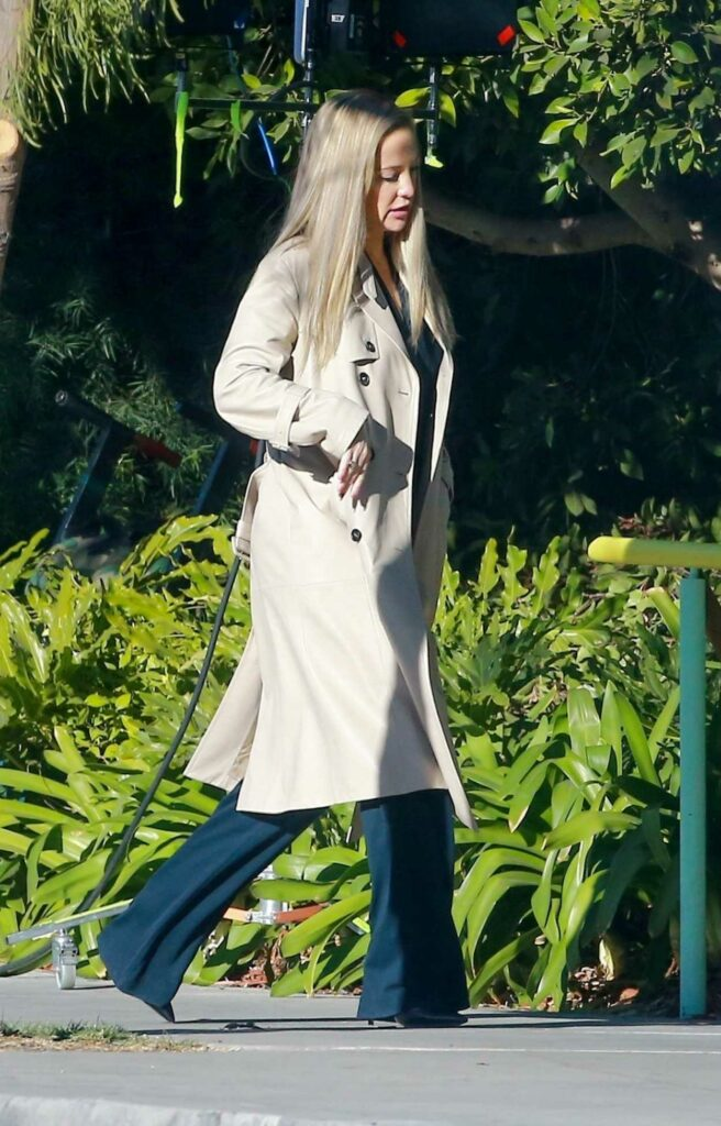 Kate Hudson in a Beige Trench Coat