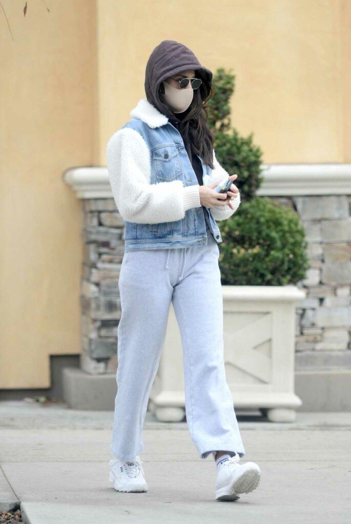 Eiza Gonzalez in a Grey Sweatpants