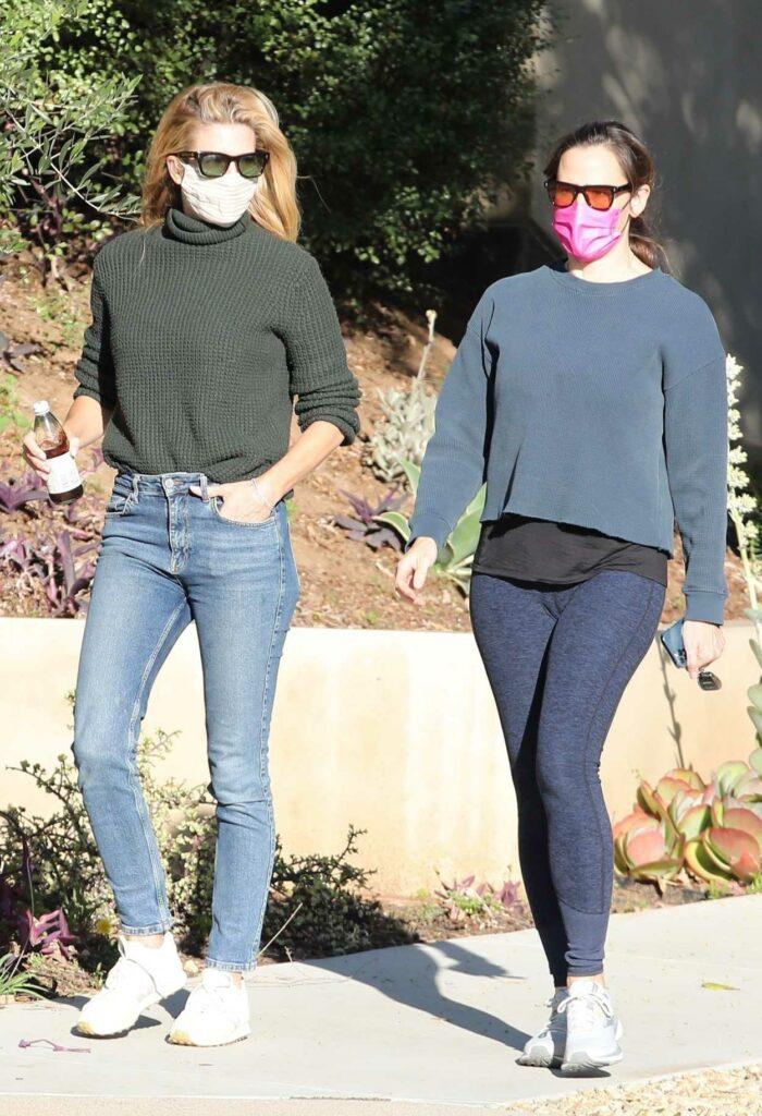 Jennifer Garner in a Grey Sweatshirt