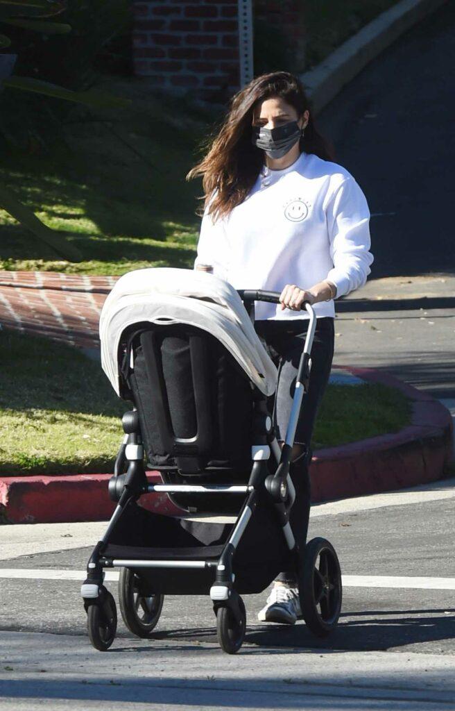 Jenna Dewan in a White Sweatshirt