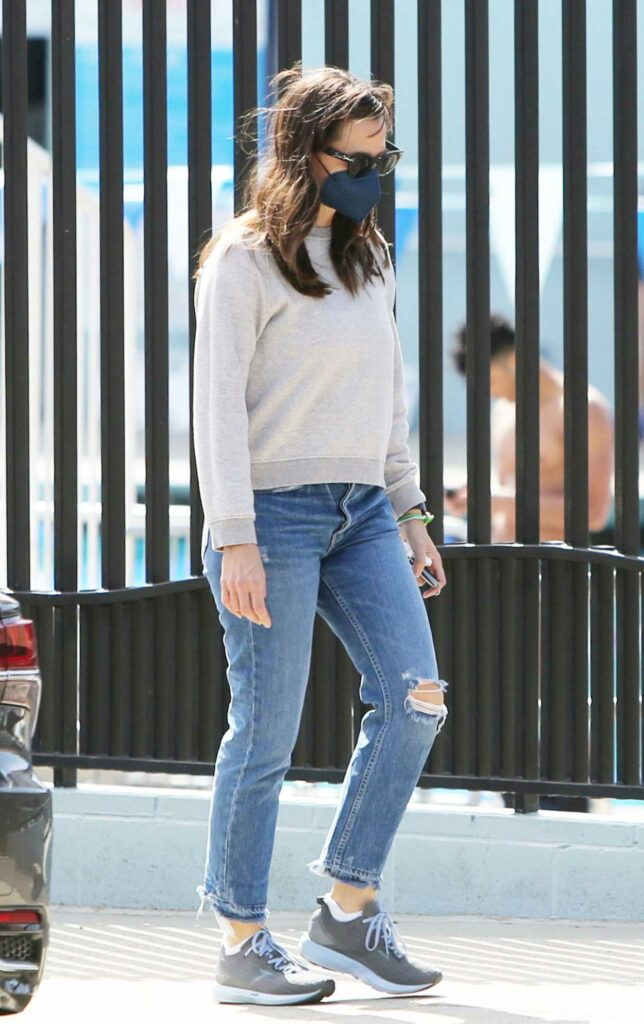 Jennifer Garner in a Blue Ripped Jeans
