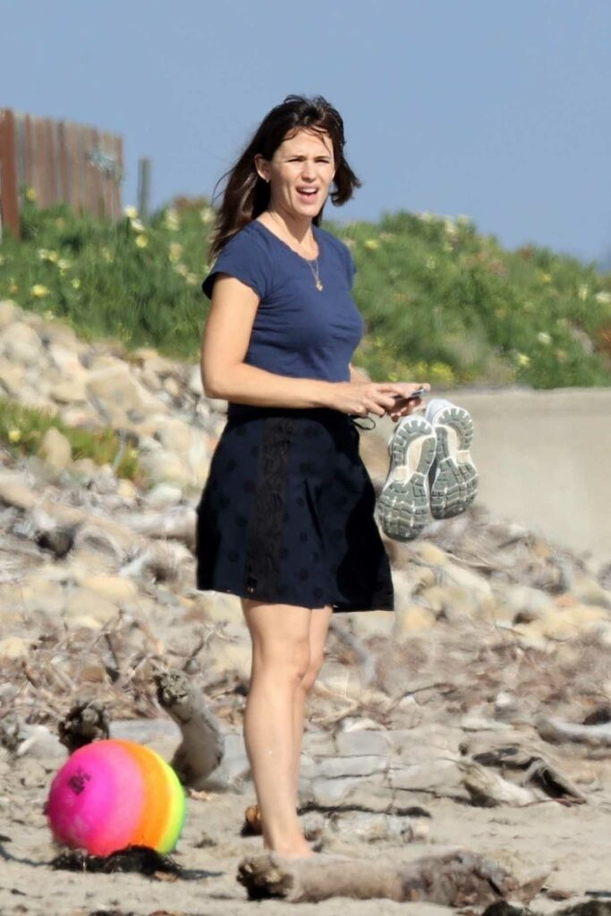 Jennifer Garner in a Black Skirt