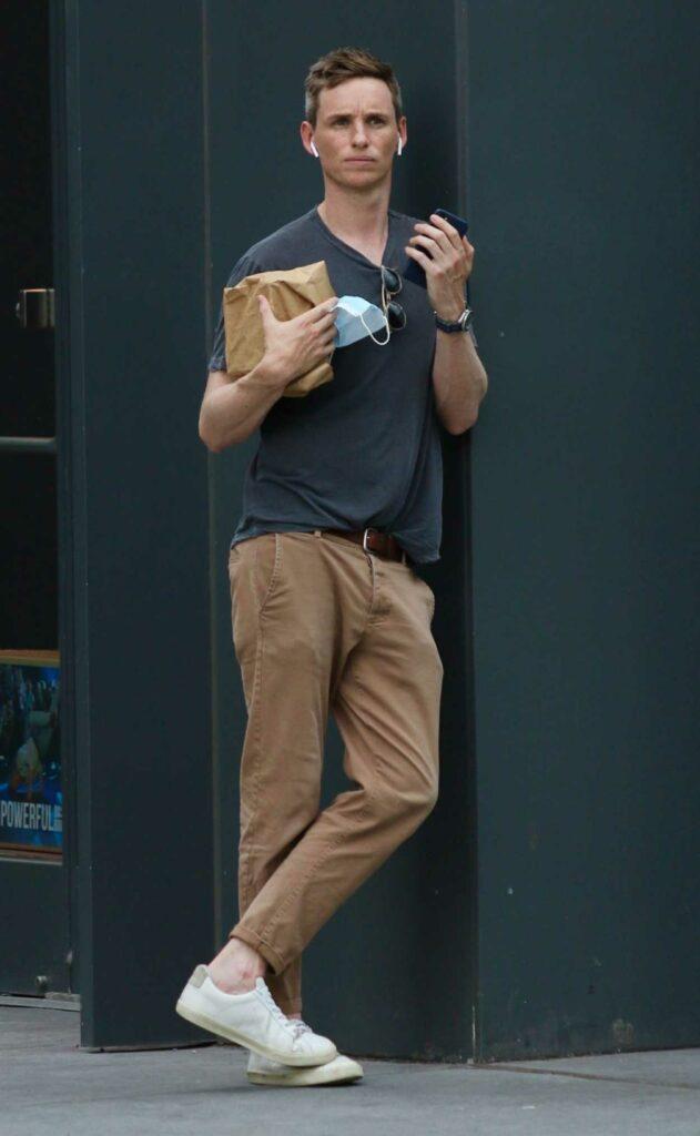 Eddie Redmayne in a White Sneakers