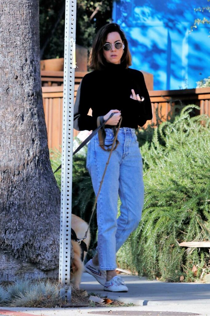 Aubrey Plaza in a Blue Jeans