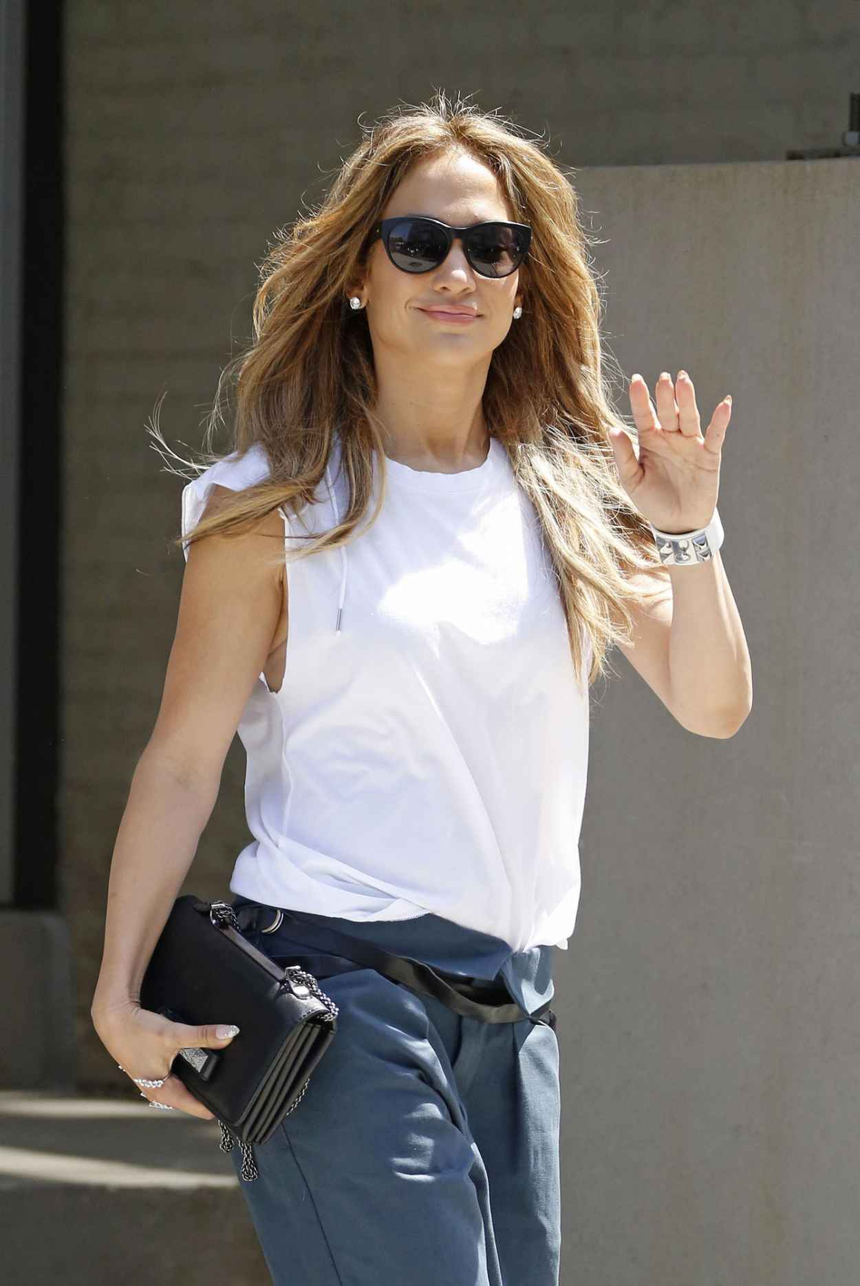 jennifer lopez casual style � leaving her apartment in new